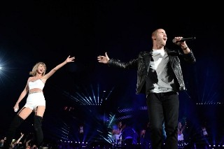 """Taylor Swift And Nick Jonas Sing """"Jealous"""" At '1989' Concert: Watch"""