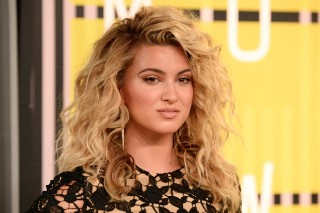 MTV Video Music Awards 2015: Tori Kelly Wears Short-Shorts On The Red Carpet