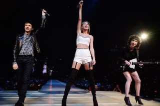 """Taylor Swift Brings Out Beck & St. Vincent To Sing """"Dreams"""" In Los Angeles: Watch"""