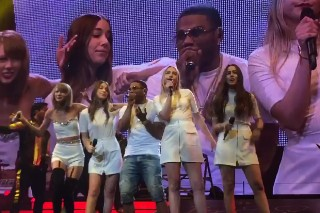 "Watch Taylor Swift, Nelly & Haim Perform ""Hot In Herre"""