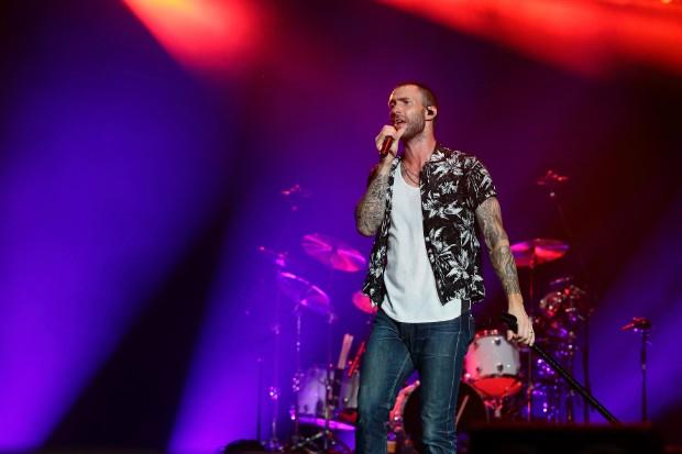 adam levine live perform 2015 singapore