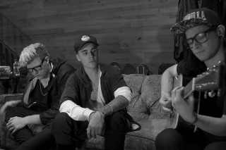 "Justin Bieber Performs An Acoustic Version Of ""Sorry"" With Skrillex And BLOOD: Watch The Video"
