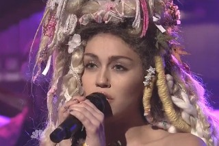 """Miley Cyrus Performs """"Karen Don't Be Sad"""" And """"Twinkle Song"""" On 'Saturday Night Live': Watch"""