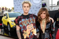 American Music Awards 2015: Justin Bieber Wears Nirvana T-Shirt, Poses With Paula Abdul — What In The Living Fuck Is Happening?!?