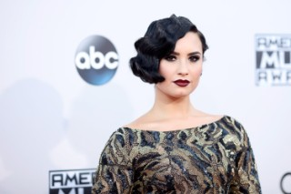 American Music Awards 2015: Demi Lovato Serves Vintage Glam On The Red Carpet