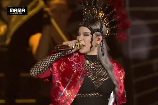 "CL Performs ""Hello Bitches"" At The Mnet Asian Music Awards, Reunites With 2NE1 For ""Fire"""
