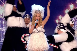 """Kylie Minogue Belts Out """"It's The Most Wonderful Time Of The Year"""" At Royal Variety 2015: Watch"""