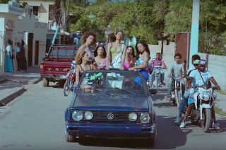 "AlunaGeorge Escapes To An Urban Paradise For Their ""I'm In Control"" Video: Watch"