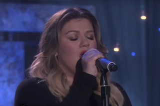 "Kelly Clarkson Performs ""Piece By Piece"" On 'Ellen', Talks Emotional 'Idol' Appearance: Watch"