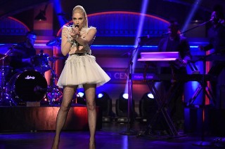 "Gwen Stefani Performs ""Make Me Like You"" & ""Misery"" On 'Saturday Night Live': Watch"