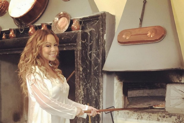 mariah-carey-pizza-italy-nightgown-2016-tour