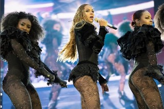Beyoncé Pays Tribute To Officers Killed In Dallas