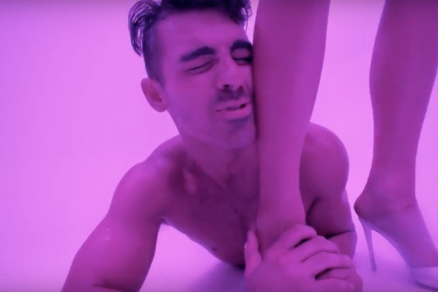 joe-jonas-shirtless-dnce-body-moves-video-watch