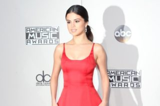 American Music Awards 2016: Selena Gomez Is A Lovely Lady In Red On The Carpet