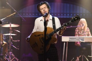 """Harry Styles Performs """"Sign Of The Times"""" & New Song """"Ever Since New York"""" On 'SNL'"""